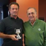 Fernando Pertierra ganador en 2012 recibe la copa de manos de nuestro Presidente, Luis Ester.